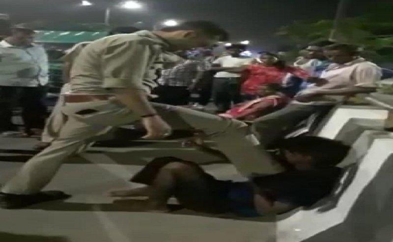 लखनऊ में सिपाही ने बीच सड़क पर की ऑटो चालक की बेरहमी से पिटाई