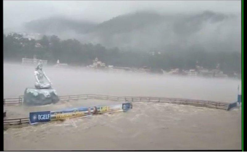 ऋषिकेश में बारिश के बाद गंगा का जलस्तर खतरे के निशान के करीब पहुंचा
