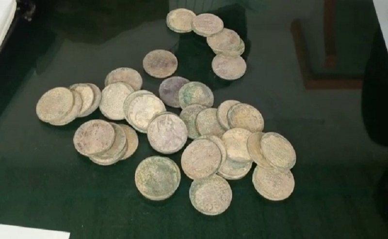 वाराणसी में कब्र खोदने के दौरान मिट्टी के बर्तन में मिले चांदी के सिक्के
