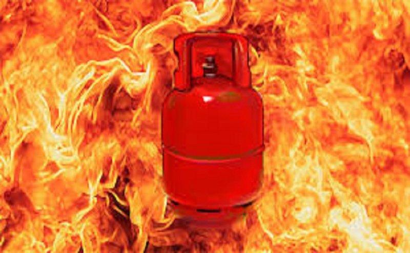 आगरा में सिलेंडर में लगी आग से ढाबा हुआ खाक