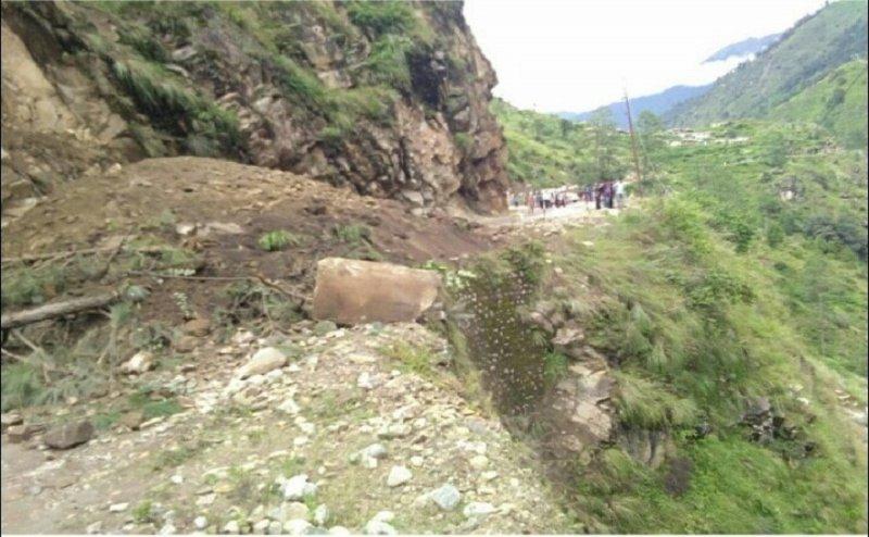 गंगोत्री से लौट रहे श्रद्धालुओं की गाड़ी पर गिरा मलबा, 13 लोगों की मौत, 2 घायल