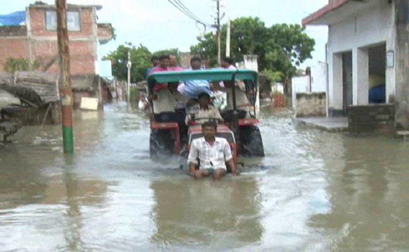 कुछ इस तरह Kanpur में बाढ़ से प्रभावित गांवों का DM ने किया दौरा