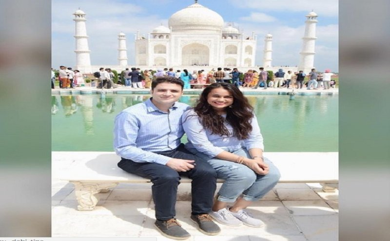 आईएएस कपल टीना जाबी और अतहर आमिर ने किया ताज का दीदार