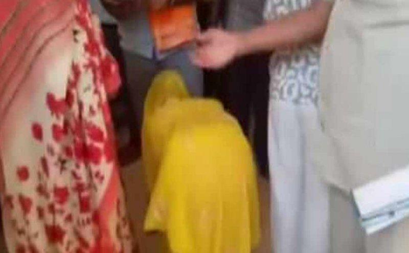 मथुरा में न्याय के लिए कमिश्नर के पैरों से लिपट गई 80 साल की बुजुर्ग महिला, अधिकारी ने नहीं दिया ध्यान