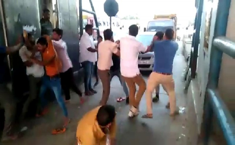 गाजियाबाद के Dasna Toll Plaza पर टोल कर्मी को दौड़ा-दौड़ा कर पीटा