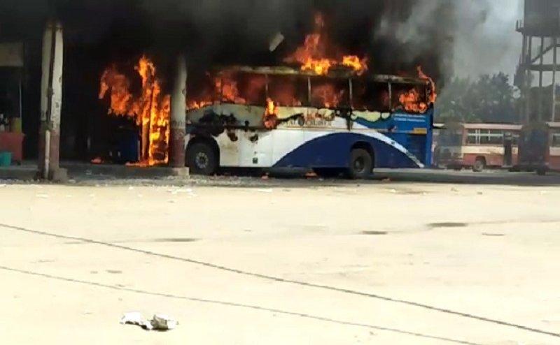 वाराणसी में पूर्वांचल राज्य की मांग को लेकर महिला ने लगाई वॉल्वो बस में आग