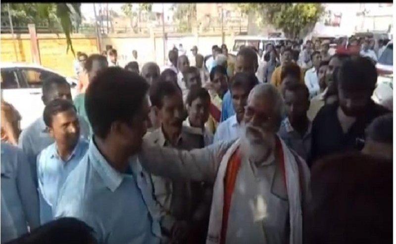कौशांबी में वीएचपी नेता ने दिया बीडीओ को धक्का