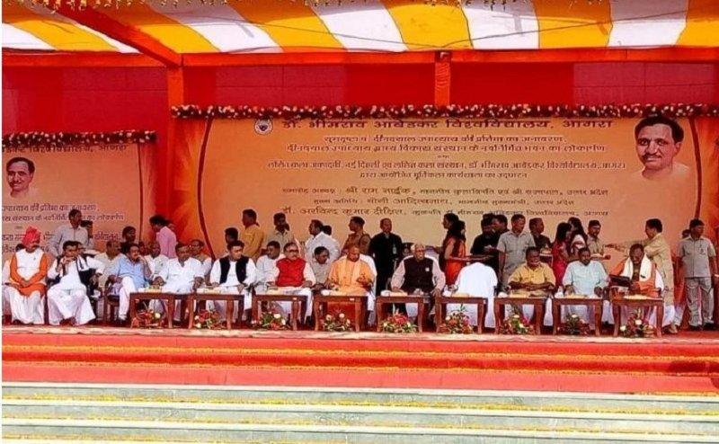आगरा में दीनदयाल उपाध्याय की प्रतिमा का सीएम योगी और राज्यपाल राम नाईक ने किया अनावरण