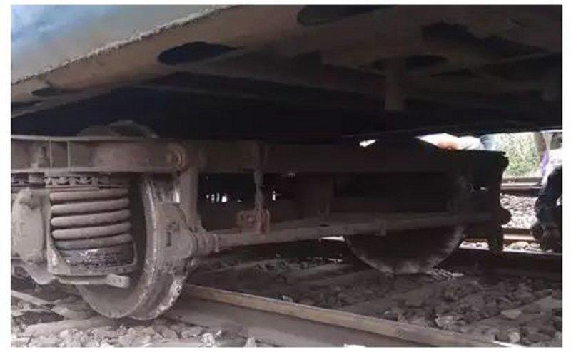 गोरखपुर में काठगोदाम-हावड़ा एक्सप्रेस पटरी से उतरी, ट्रेनों की आवाजाही प्रभावित