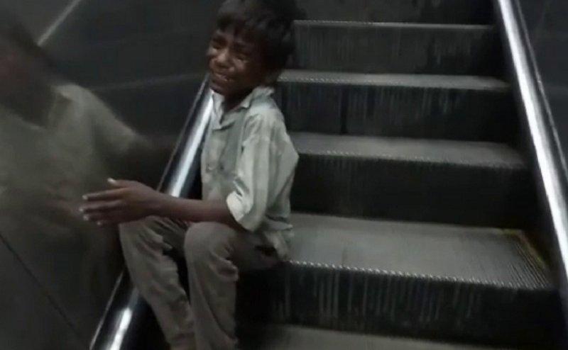 आगरा कैंट रेलवे स्टेशन पर एस्केलेटर में फंसा बच्चे का हाथ, फिर जानिए क्या हुआ?