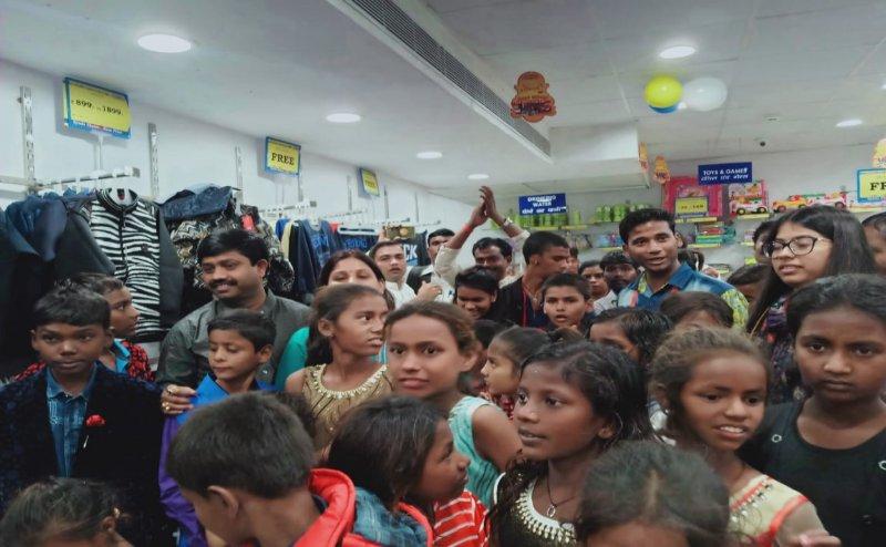 इलाहाबाद में कैबिनेट मंत्री नंद गोपाल नंदी ने दिवाली पर गरीब बच्चों को दिलाए नये कपड़े