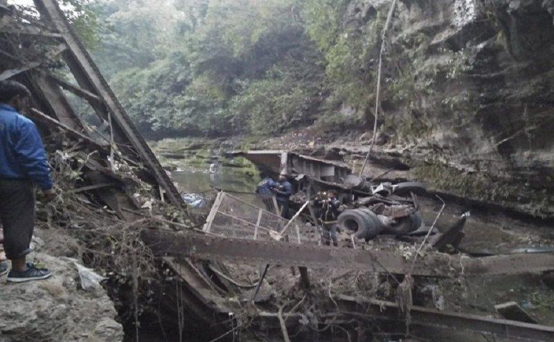 देहरादून में 100 साल से ज्यादा पुराना पुल गिरा, 3 लोगों की मौत