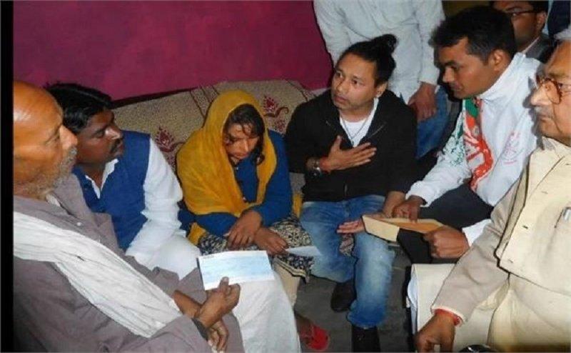 शहीद विजय कुमार के गाँव पहुँचे सिंगर कैलाश खेर, पत्नी-पिता को दिया 5-5 लाख का चेक