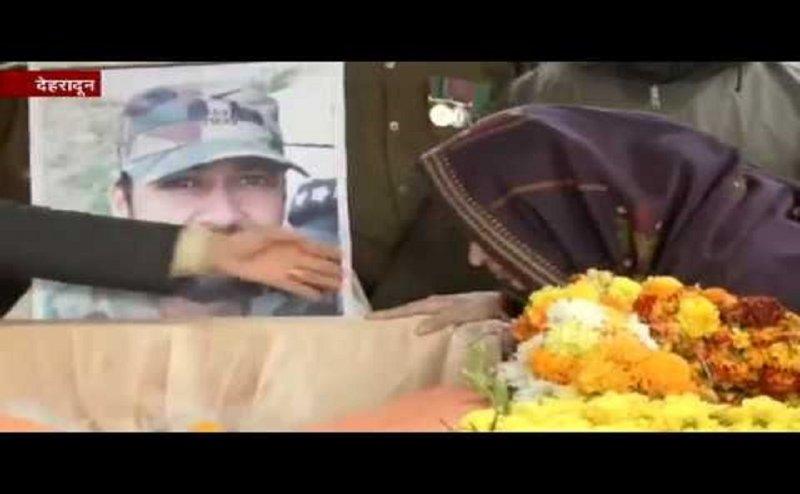 शहीद विभूती ढौंडियाल को पत्नी निकीता ने दिया अंतिम सैल्यूट, कहा- आई लव यू