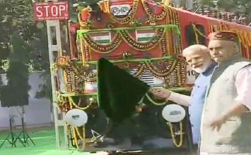 वाराणसी में पीएम मोदी ने डीजल से इलेक्ट्रिक में बदले गएलोकोमोटिव इंजन को दिखाई हरी झंडी