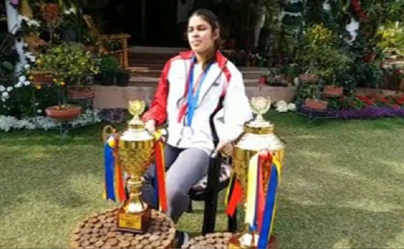 अंतरराष्ट्रीय बैडमिंटन खिलाड़ी कुहू गर्ग पुलवामा आंतकी हमले में शहीद जवानों को मेडल और ट्राफी की समर्पित