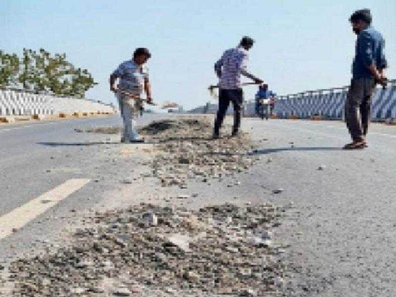 रायगढ़ में एक साल पहले बनी सड़क का हुआ ये हाल