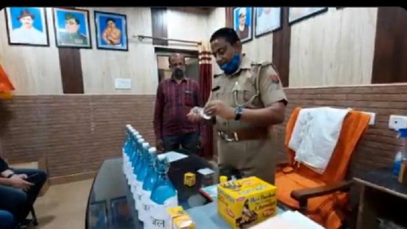 जानिए मेरठ के इस थाने में फरियादियों को गंगाजल की बोतल और चंदन का टीका क्यों बांट रहे हैं पुलिसकर्मी?