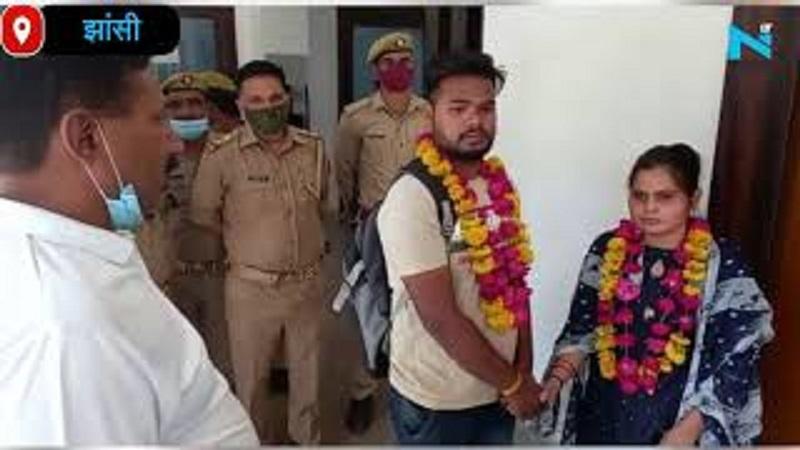 Jhansi: लड़की के घरवाले नहीं माने तो थाने में पुलिस ने कराई प्रेमी जोड़े की शादी
