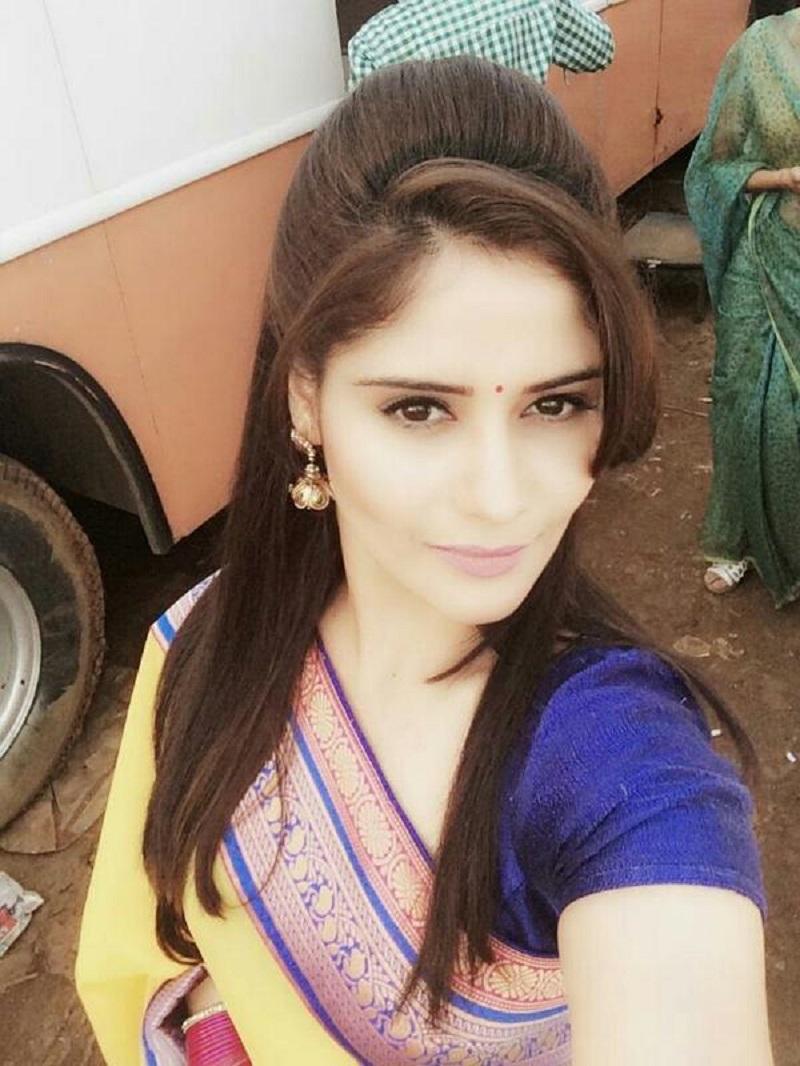 ब्लू बिकनी में हॉट तस्वीरें डाल आरती सिंह ने बढाया पारा, आप भी देखें उनकी हॉट  तस्वीरें