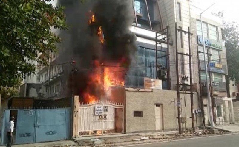 नोएडा सेक्टर-2 कॉल सेंटर में लगी आग, इलाके में मचा हड़कंप