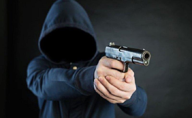 मेरठ में बेखौफ अपराधी ने पुलिस चौकी के पास व्यापारी से गन प्वाइंट पर 15 लाख रुपए की लूट