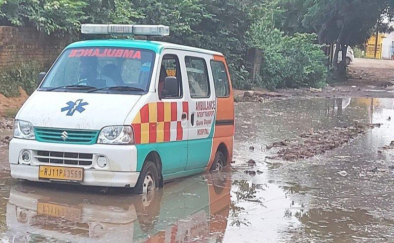 दो घंटे कीचड़ में फंसी रही एंबुलेंस, गंभीर हालत में दूसरी गाड़ी से अस्पताल पहुंचा मरीज
