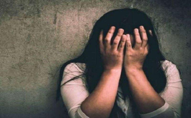 जूनियर छात्रा को रैगिंग से बचाने का आश्वासन देकर किया शारीरिक शोषण, ब्लैकमेल कर मांगे रुपये