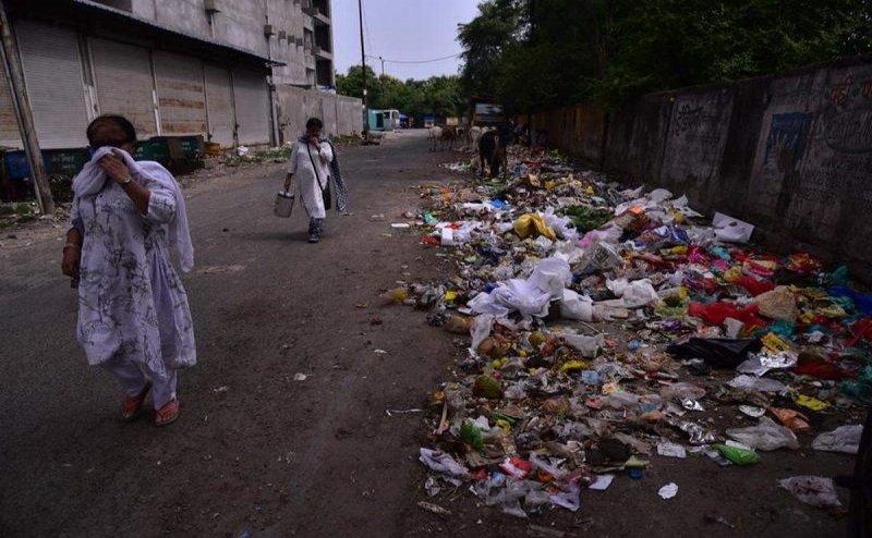 विरोध के बाद 26 दिन से सड़कों पर पड़ा कचरा आज से उठेगा