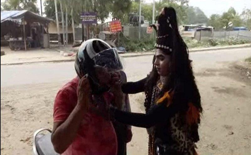 हरिद्वारः भगवान शिव ने खुद पहनाया कांवड़ियों को हेलमेट