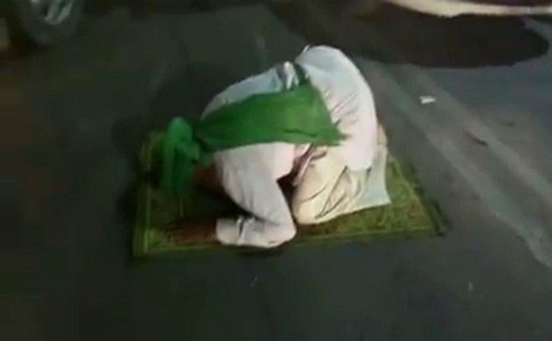 लखनऊ में मुस्लिम शख्स ने बीच सड़क पर पढ़ी नमाज, पीएम मोदी और सीएम योगी के खिलाफ लगाए नारे