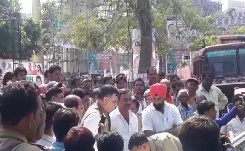 सीएम योगी पहुंचे कानपुर, मंत्री सतीश महाना के पैरों पर गिरा सीएम की फ्लीट की गाड़ी का पुलिसकर्मी