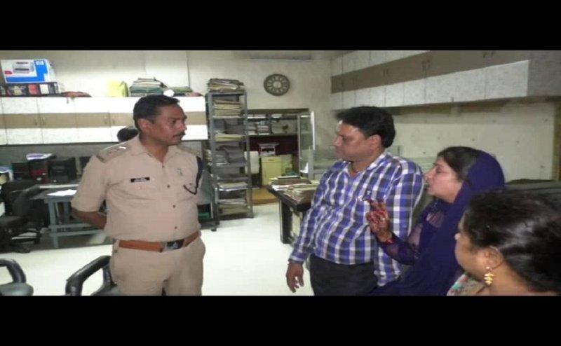कानपुर में महिला की दबंगों ने की पिटाई, मुंह छिपा कर भागी पुलिस
