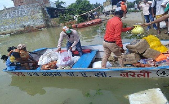 बाढ़ से 72 लोगों की मौत, गोरखपुर के आम लोगों ने बाढ़ पीड़ितों तक पहुंचायी मदद