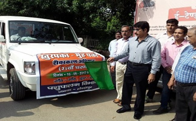 गोरखपुरः डीएम के हरी झंडी दिखाने के बाद अब 5 लाख पशुओं का होगा टीकाकरण