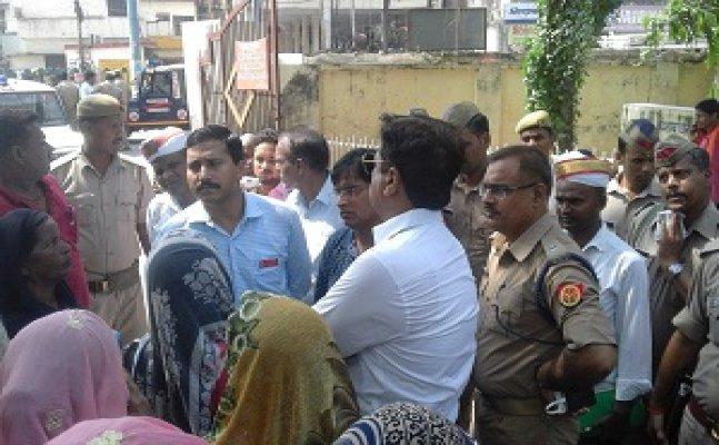 गोरखपुरः मानबेला किसानों ने की मुआवजे की मांग, तो बदले में मिली लाठियां
