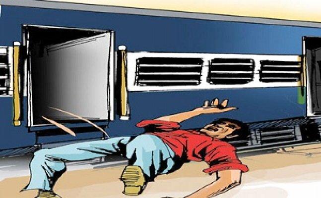 मेरठ में तीन मौलवियों की पिटाई, चलती ट्रेन से फेंका