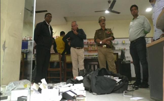 गोरखपुर – ताला तोड़ मोबाइल शॉप में घुसे चोर, लाखों की चोरी