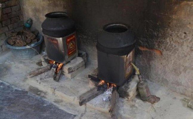 गोरखपुर में कच्ची शराब का धंधा, लोगों ने की तोड़फोड़