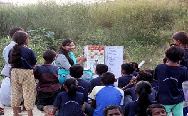 गाजियाबाद: स्लम एरिया में बच्चों को शिक्षित कर रहे ये बैंक मैनेजर