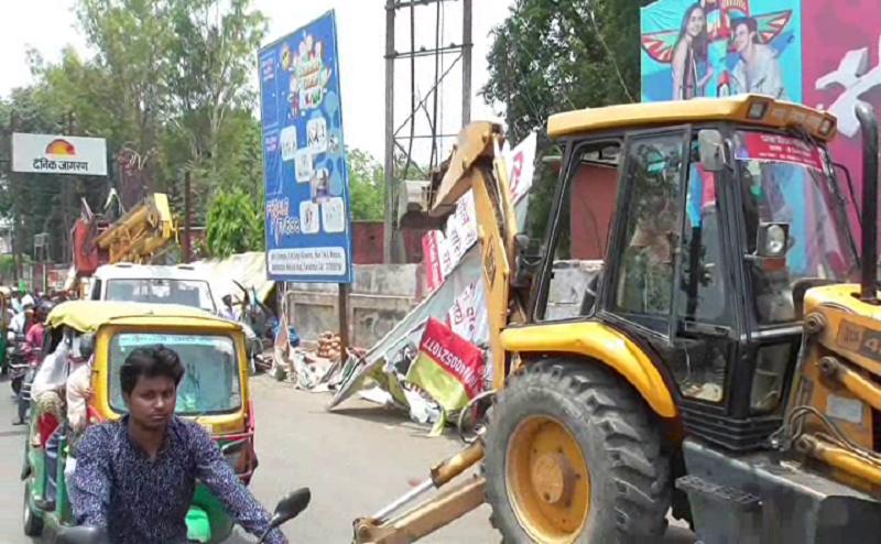 गोरखपुर: असुरन चौराहा पर अतिक्रमण, निगम का चला बुलडोजर