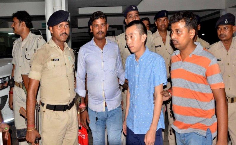 बिहार में नशे की हालत में दो चीनी नागरिक गिरफ्तार, शराब की बोतलें की बरामद