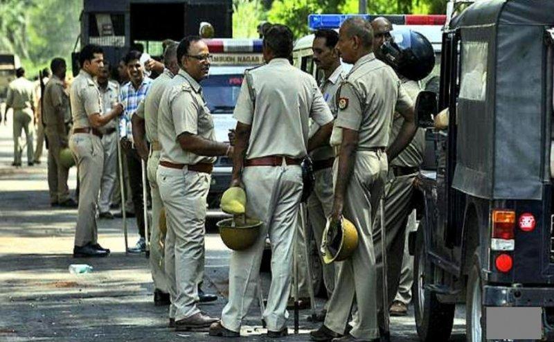 गोरखपुर में 2 इंस्पेक्टर और 44 दरोगाओं का ट्रान्सफर