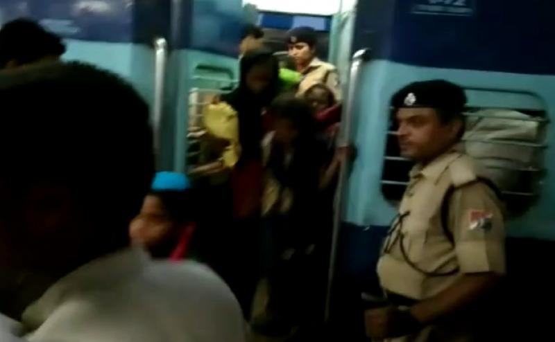 आगरा ले जाई जा रही थी 26 बच्चियां, गोरखपुर रेलवे स्टेशन से बरामद