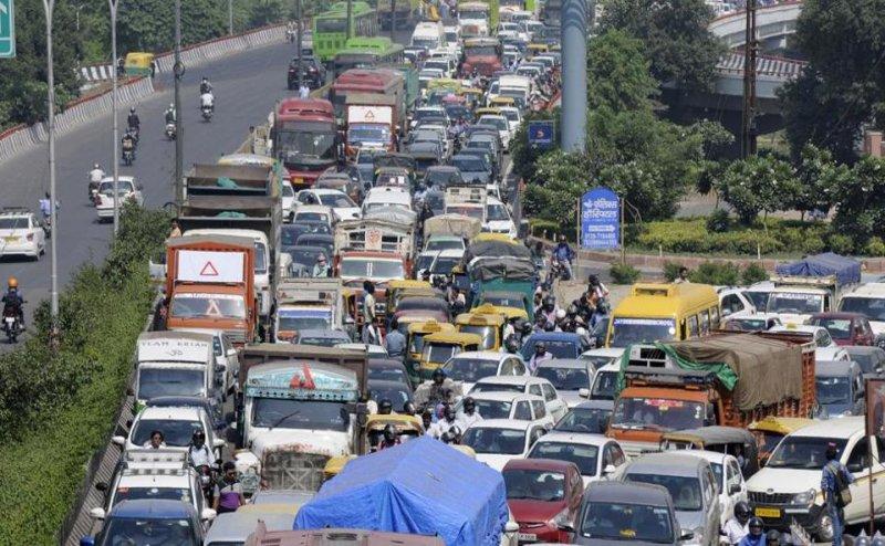दिल्ली से नोएडा की तरफ जाने वाले रूट पर लगा भयंकर जाम