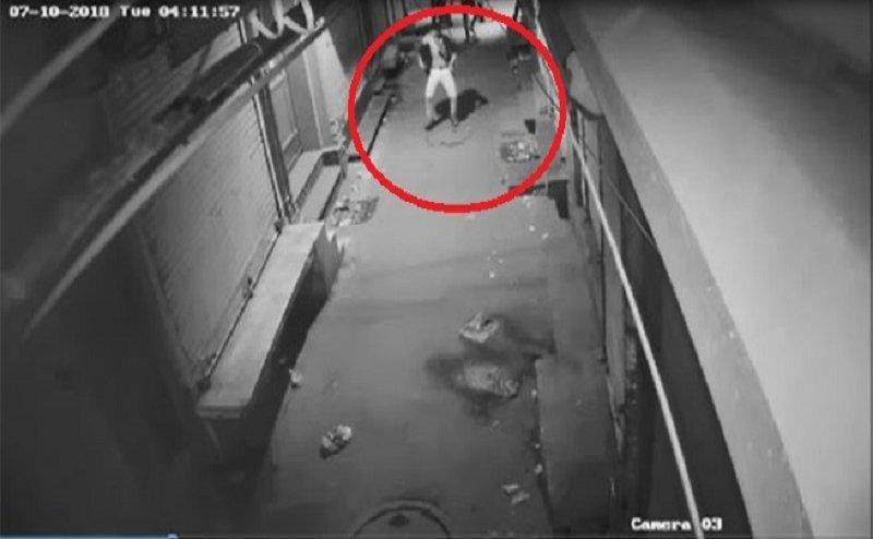 CCTV कैमरा देख चोर ने लगाए ठुमके और फिर की लाखों की चोरी