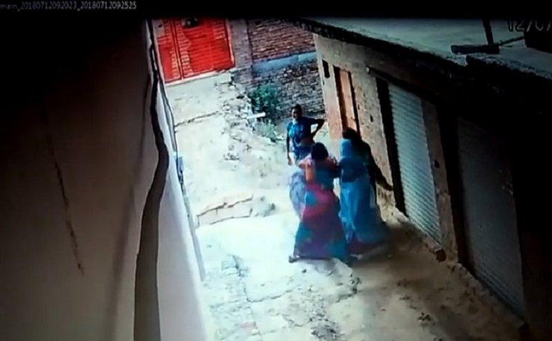 आगरा: BJP नेता के परिवार ने महिला टीचर को पीटा, सीसीटीवी कैमरे मे रिकार्ड
