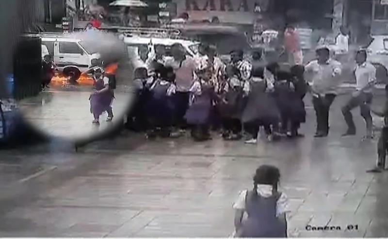 सूरत: 17 स्कूली बच्चों से भरी वैन में अचानक लगी आग, 10 बच्चे झुलसे