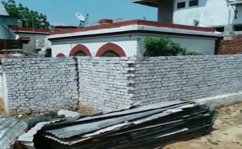गोरखपुर: पड़ोसी ने घर के चारों तरफ खड़ी की ऊंची दीवार, पुलिस ने मूंदी आंखे