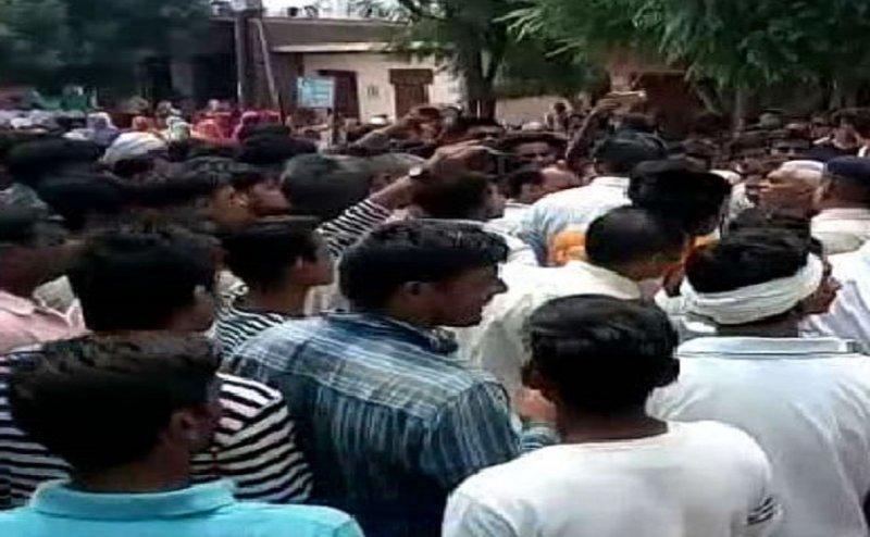 मेरठ: नशे में दोस्तों ने की दोस्त की हत्या, परिजनों ने शव को सड़क पर रखकर किया प्रदर्शन
